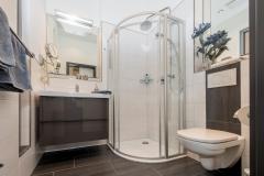 Ein stylisches Duschbad mit Regendusche...