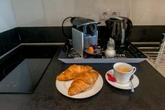 Leckeres Frühstück mit Croissants von Bäcker nebenan.