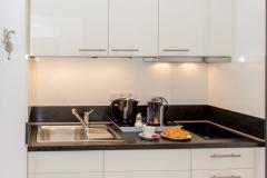 Hochwertige Küchen mit Kühlschrank + Duo-Kochfeld.
