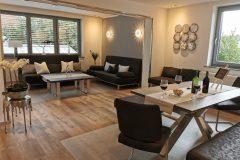 Essbereich und Wohnzimmer mit Blick aus der Küche