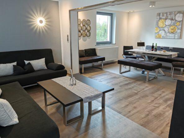Komfort-Ferienwohnungen mit 2 separaten Schlafzimmern mit Massivholz-Betten,großer Küche, kleinerem Bad und Wohnraum mit bequemen Sofas -auch als Betten nutzbar.