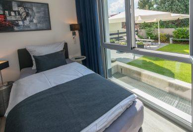 Schlafzimmer mit Blick ins Grüne