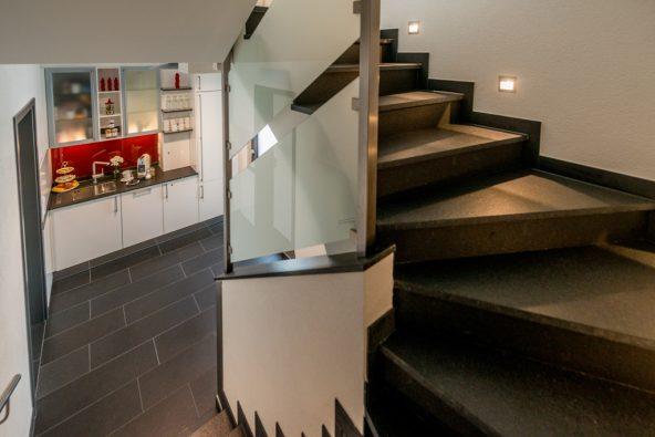 Sie gehen die Treppe hinauf in die Premium Etage im 2. OG