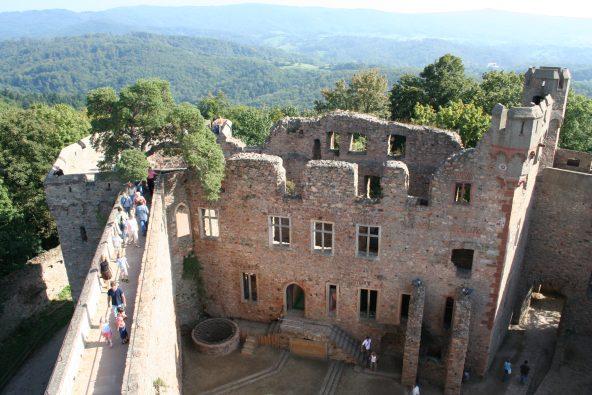Schloss Auerbach in Bensheim mit traumhafter Aussicht über den beginnenden Odenwald