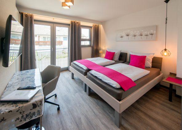 Komfort-Apartments mit bequemen Massivholz-Betten, eigener Mini-Küche und Komfort-Duschbad