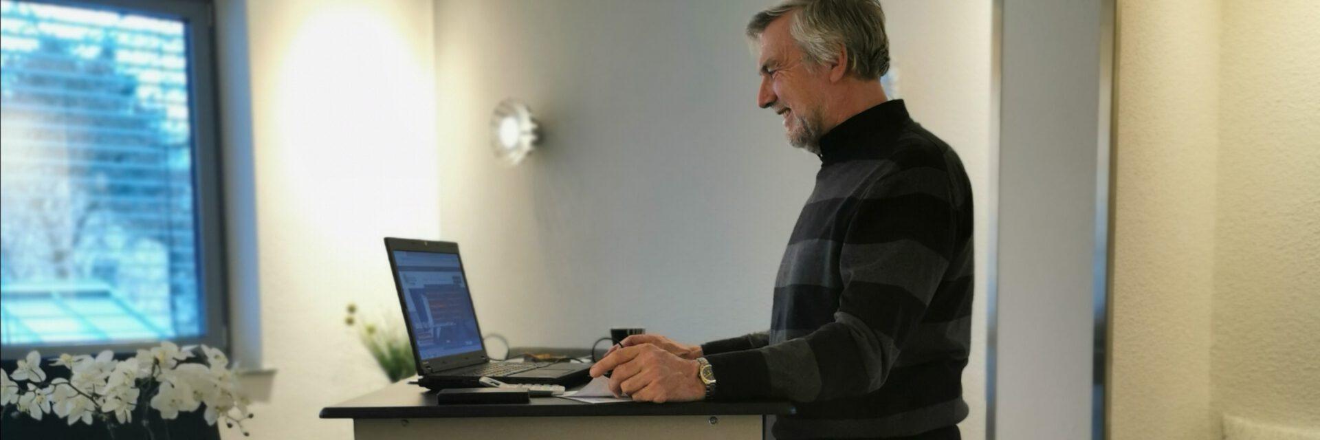 Home-Office Apartments mit höhenverstellbarem Schreibtisch und ergonomischen Bürohocker
